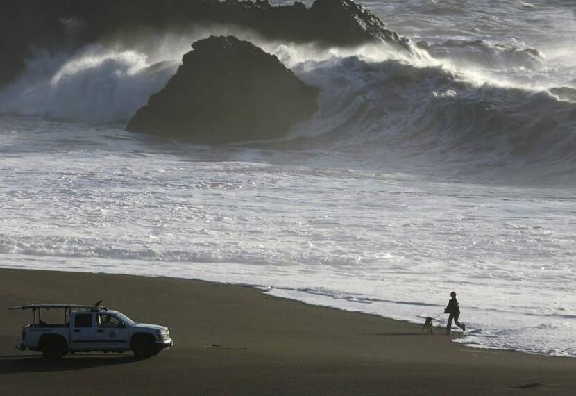 """Gigantyczne fale Nazare w filmie  """"High Surf Warning"""" Paula Taublieba"""