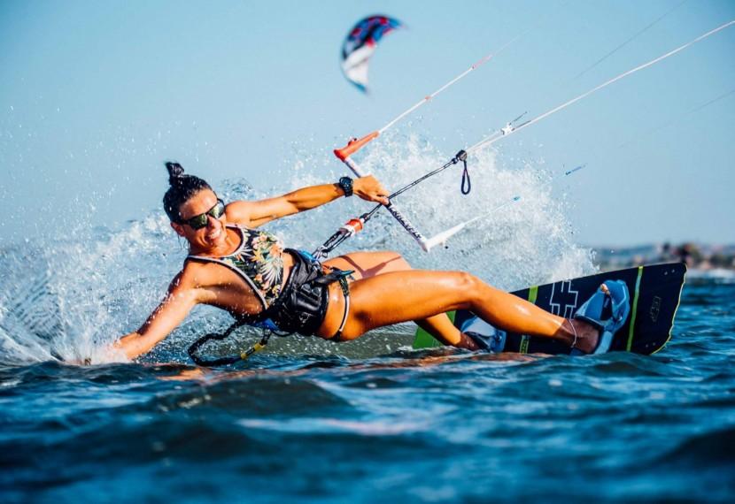 Kitesurfing czy kiteboarding? Czyli dyskusja o tym, która z nazw jest prawidłowa.