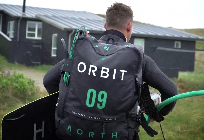 Mikkel w deszczowej sesji kitesurfingowej na wybrzeżu Danii.